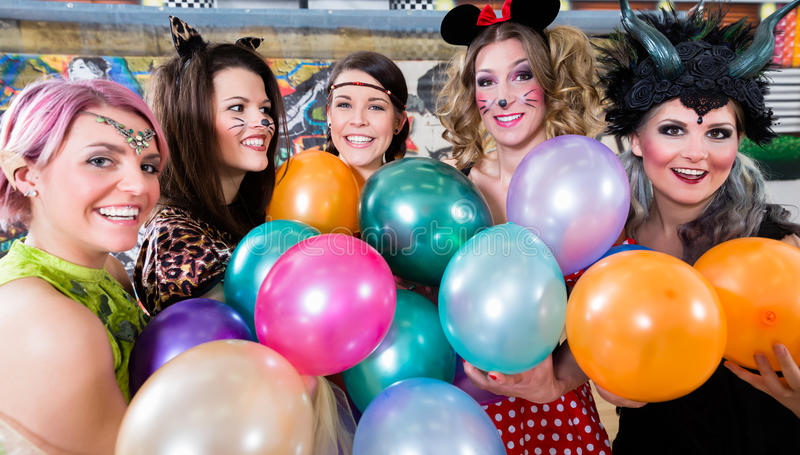 Frauengruppe bei Rose Monday, die Partei mit Ballonen macht lizenzfreies stockfoto