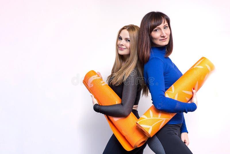 Frauengruppe, die in einer Turnhalle trainiert stockbilder