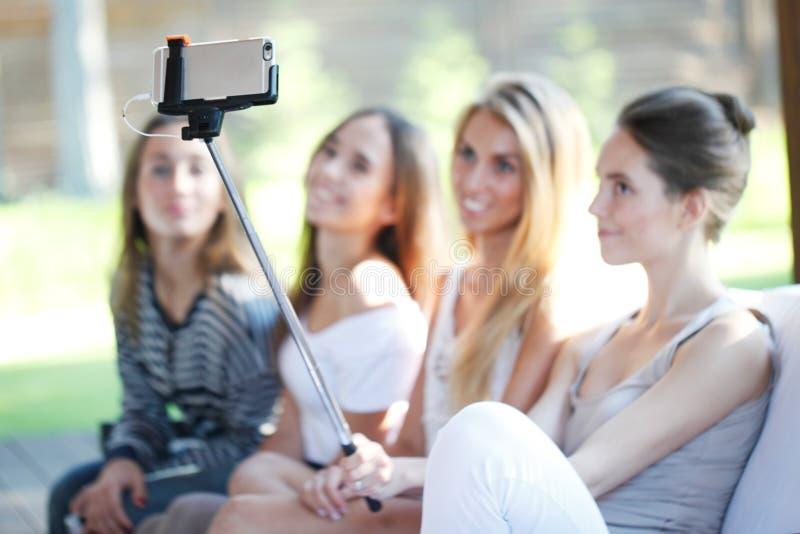 Frauengruppe, die selfie tut lizenzfreies stockfoto