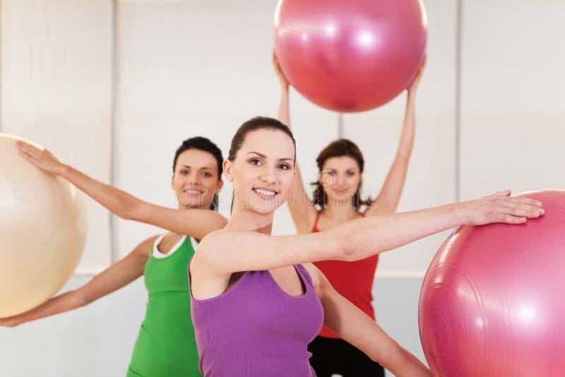 Frauengruppe in pilates Klasse an der Turnhalle stockfotos