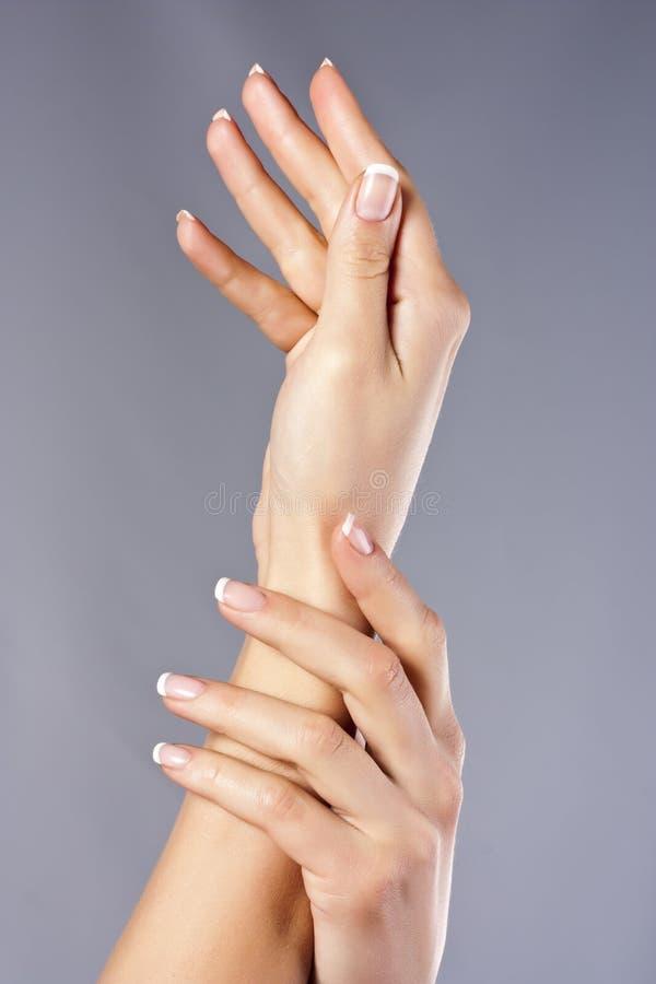 Frauenhände auf dem weißen Hintergrund getrennt lizenzfreie stockbilder