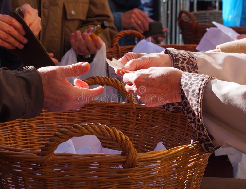 Frauenhände, die einige Euromünzen halten Pension, Armut, Sozialprobleme und Altersschwächethema lizenzfreies stockfoto