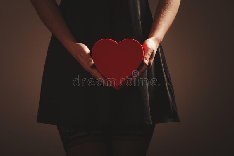 Frauenhände, die Herz halten lizenzfreie stockfotografie