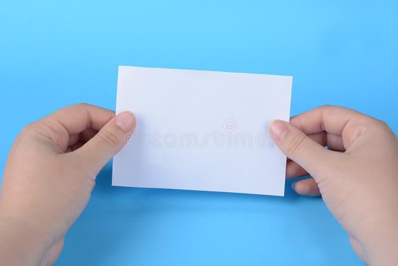 Frauenhände, die leeres Briefpapier halten lizenzfreie stockfotografie