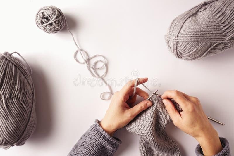 Frauenhände, die mit Nadeln und Garn stricken lizenzfreies stockfoto