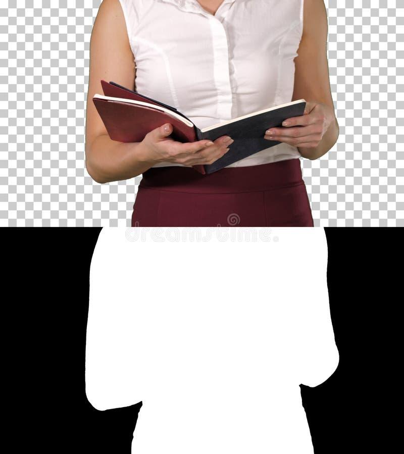 Frauenhände, die Notizbuch halten und die Seiten betrachten es, Alpha Channel drehen stockbild