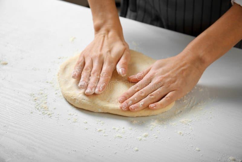 Frauenhände, die Teig für Torte machen lizenzfreies stockbild