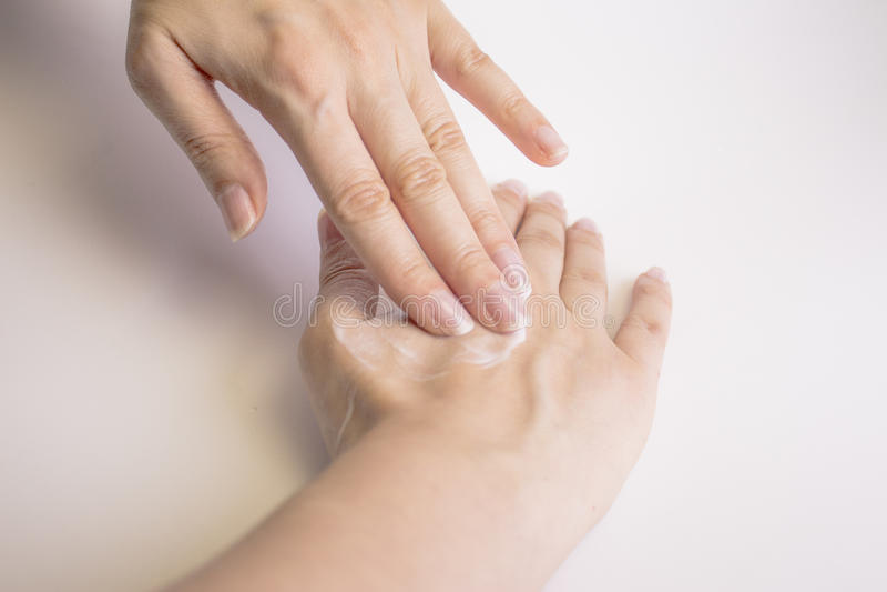 Frauenhände mit Sahne stockfotos
