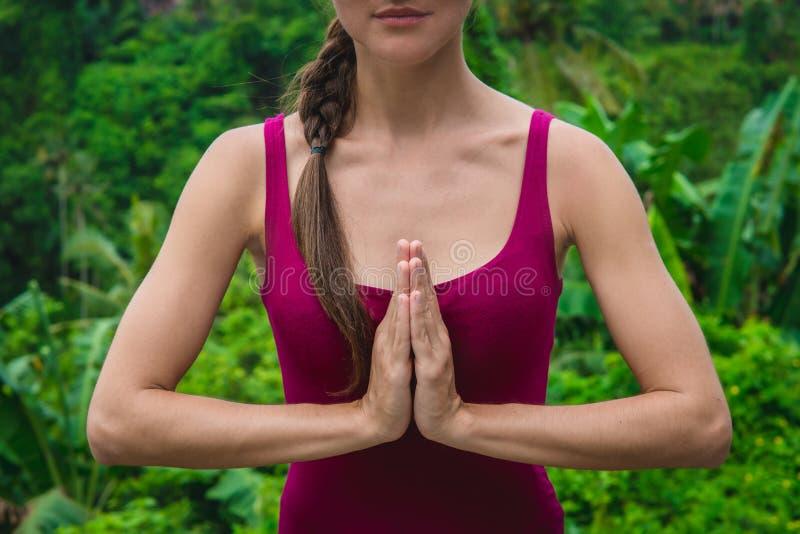 Frauenhände in Namaste-Gebet mudra Symbolische Geste im Hinduismus, Buddhismus stockfoto