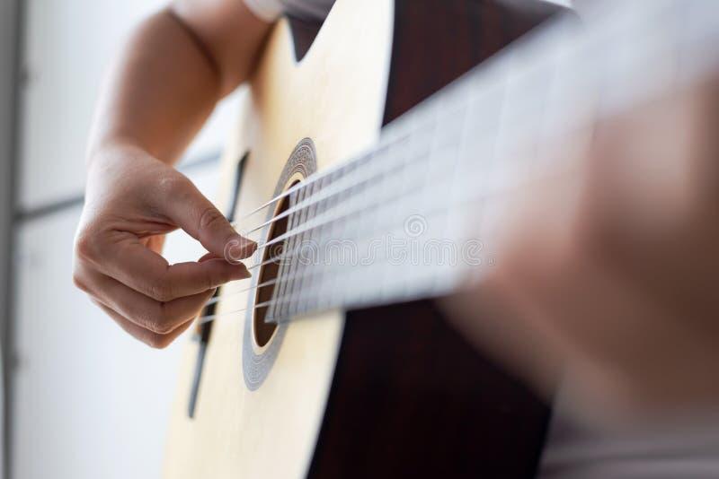 Frauenhänder spielen akustische klassische Gitarre, der Musiker des Jazz und einfache Hörstil Select Fokus flache Tiefe des Felde lizenzfreie stockfotografie