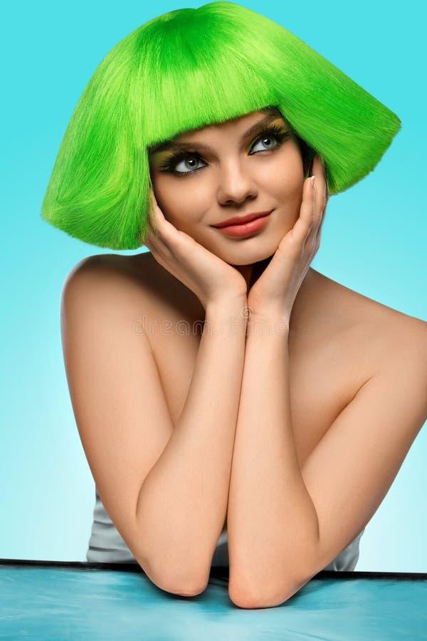Frauenhaar Schönheits-Mode-Modell-With Funky Green-Frisur und stockbilder