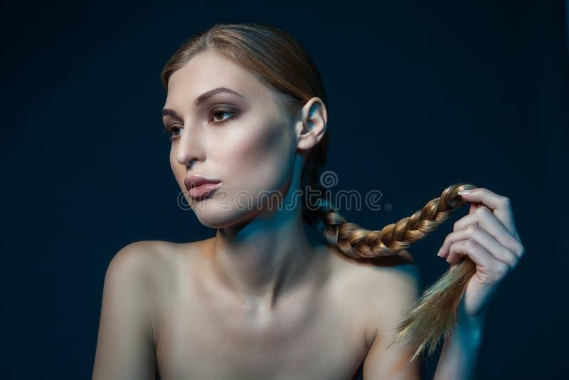Frauenhalteplatte lizenzfreie stockfotos