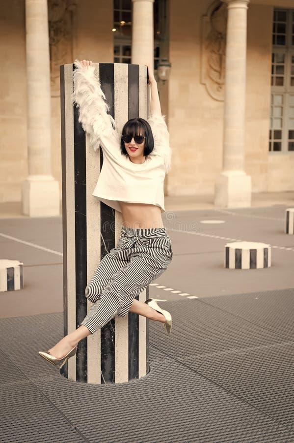 Frauenhaltung auf Schuhen des hohen Absatzes in Paris, Frankreich Schönheitsmädchen mit Zauberblick Mode-Modell in der Sonnenbril lizenzfreie stockfotos