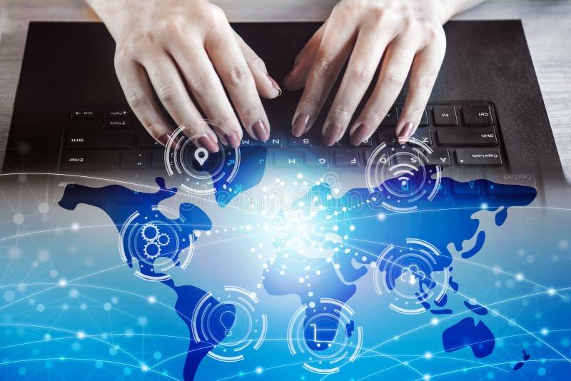 Frauenhand, die auf Computerlaptop mit globaler Geschäftsverbindung der Technologie schreibt lizenzfreie stockfotografie