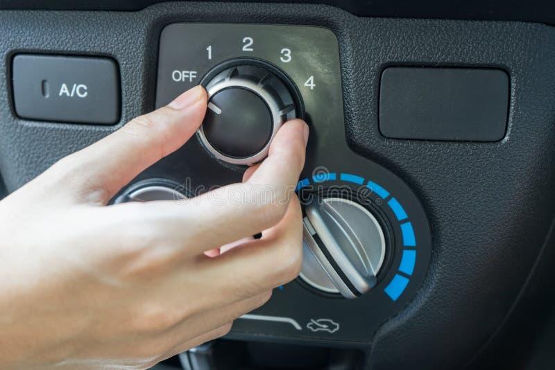 Frauenhand, die AutoKlimaanlage einschaltet lizenzfreies stockfoto