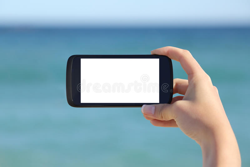 Frauenhand, die einem leeren intelligenten Telefon horizontale Bildschirmanzeige zeigt lizenzfreies stockbild