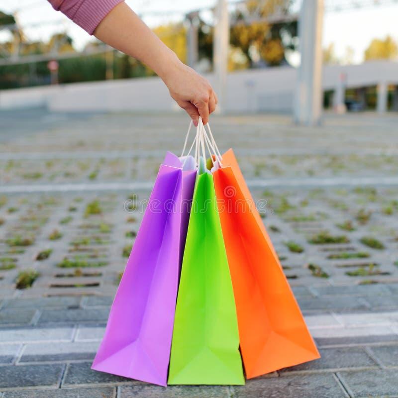 Frauenhand, die Einkaufstaschen hält stockfotografie