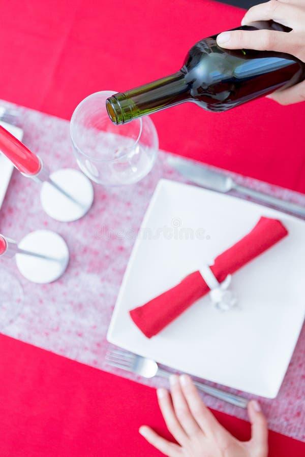 Frauenhand, die Flasche Wein hält stockfotografie