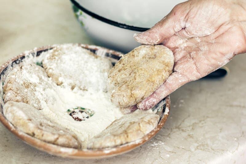 Frauenhand, die Fleischkl?schen f?r selbst gemachte gebratene Hackfleischkoteletts, traditioneller ukrainischer Teller macht stockbild