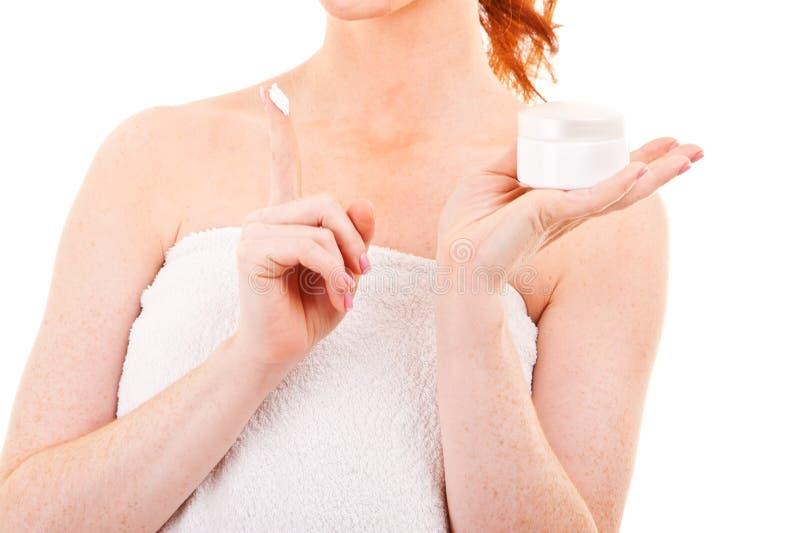 Frauenhand, die Gesichtscreme hält stockfotos