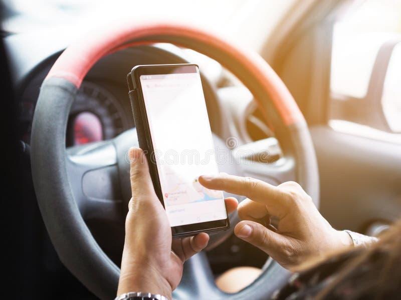 Frauenhand, die Handy hält und Touch Screen während zeigt lizenzfreies stockfoto