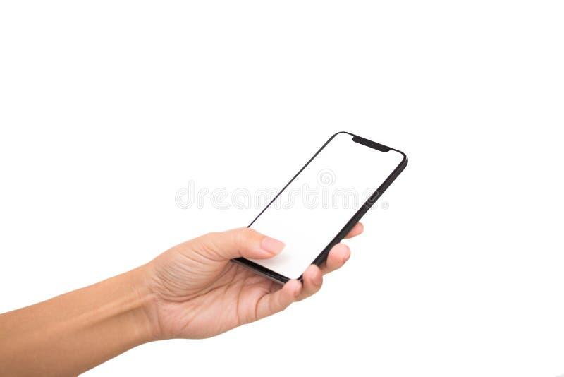 Frauenhand, die Handyschirm mit ihrem Daumen berührt stockbild