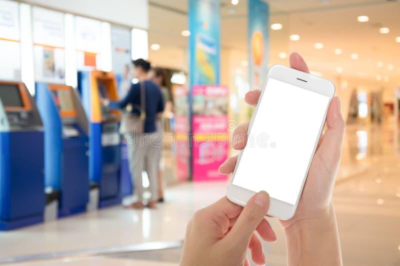 Frauenhand, die intelligentes Telefon zeigt stockbild