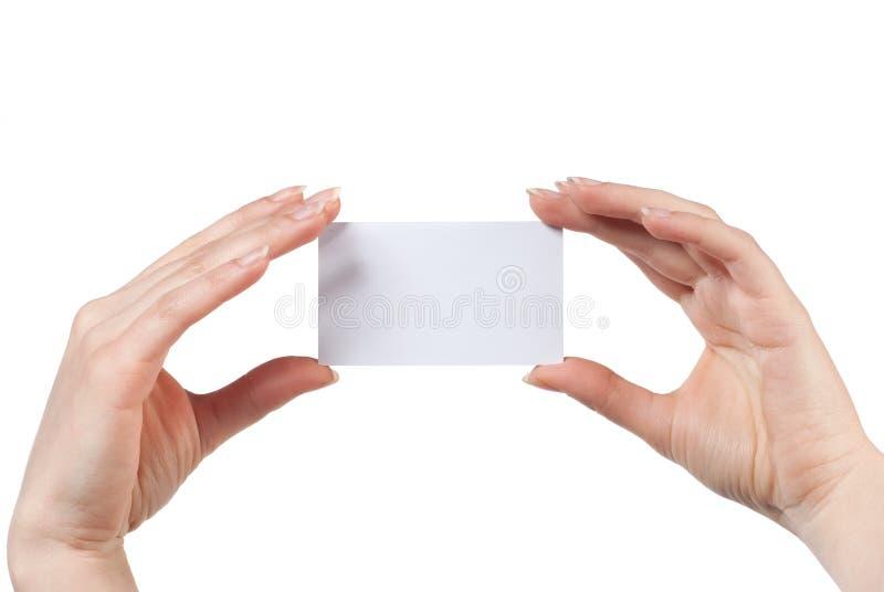 Frauenhand, die leere Besuchskarte getrennt anhält lizenzfreies stockbild