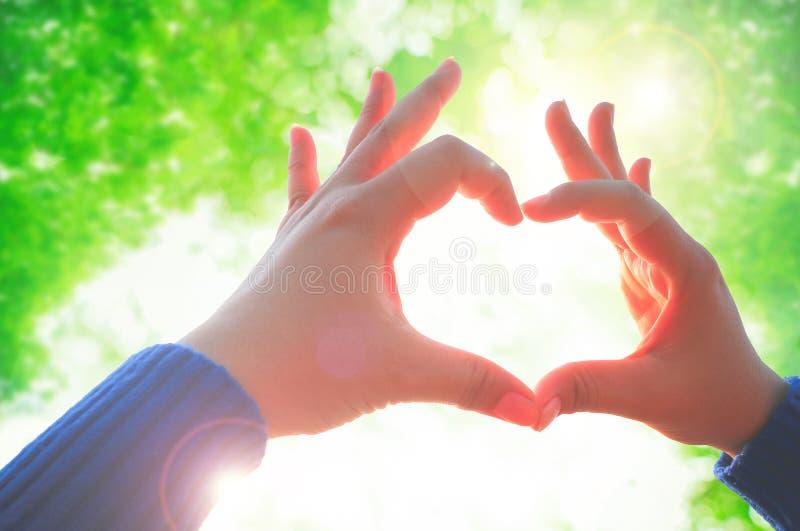 Frauenhand, die Liebeszeichen macht stockfoto