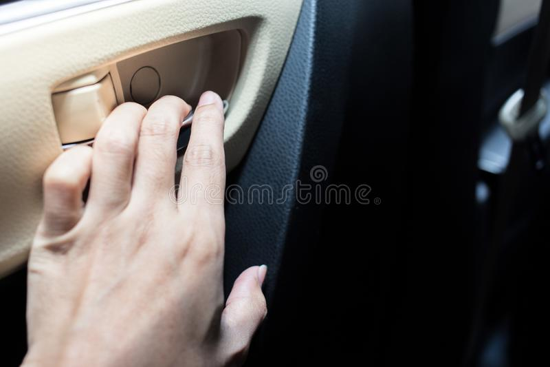 Frauenhand hält die Tür lizenzfreies stockbild