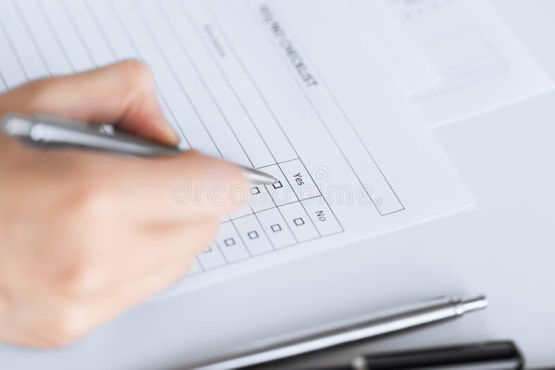 Frauenhand mit leerem Fragebogen oder Form lizenzfreie stockbilder