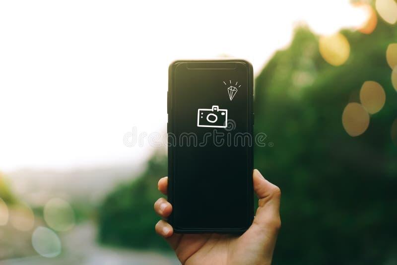 Frauenhand unter Verwendung des Smartphone, zum eines Fotos zu machen lizenzfreie stockfotografie