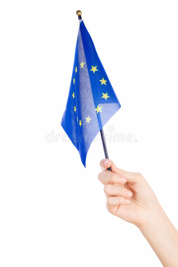 Frauenhand, welche die Flagge der Europäischer Gemeinschaft wellenartig bewegt stockfotografie