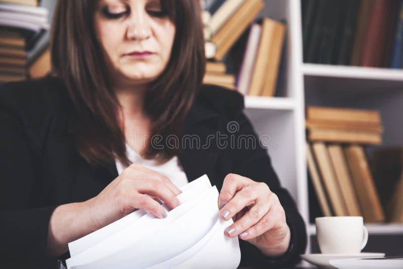 Frauenhanddokumente stockfotografie