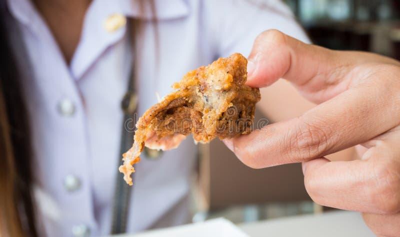 Frauenhandgriff gebratenes Huhn lizenzfreie stockfotos