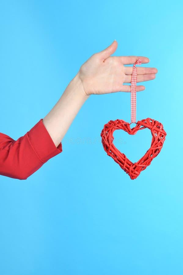 Frauenhandholding-Symbolherz in der Hand stockbild