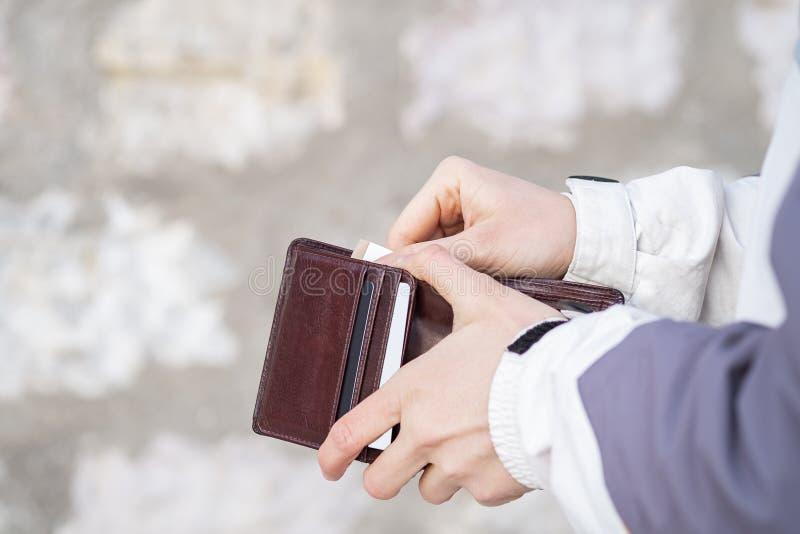 Frauenhandoffene Geldbörse und Zeigen des Eurogeldes stockbild