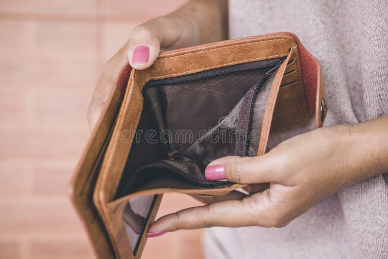 Frauenhandoffene leere Geldbörse, die nach dem Geld hat das Problem bankrott sucht stockbilder