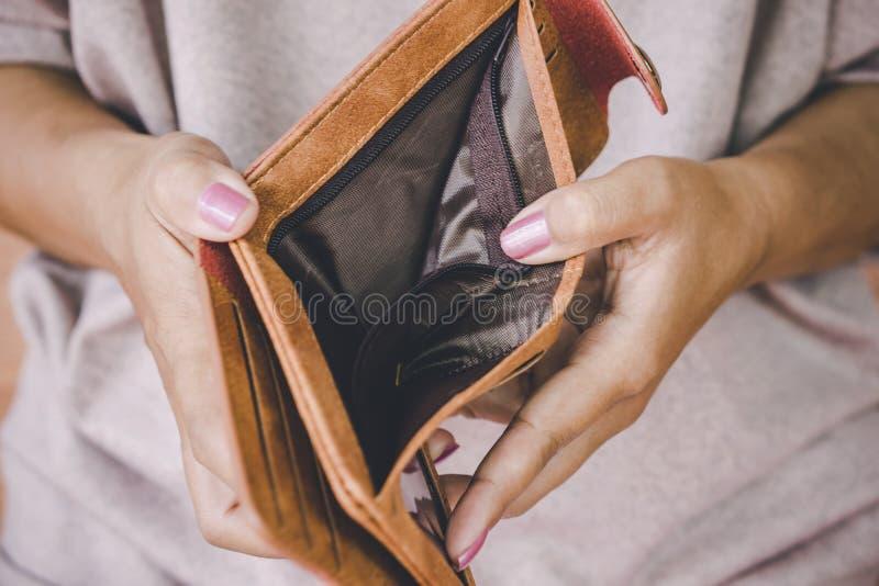 Frauenhandoffene leere Geldbörse, die nach dem Geld hat das Problem bankrott sucht lizenzfreies stockfoto