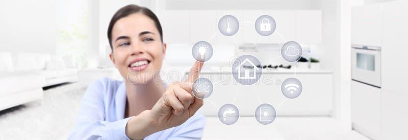 Frauenhandtouch Screen der intelligenten Hausautomation lächelnder mit Weiß lizenzfreie stockfotografie