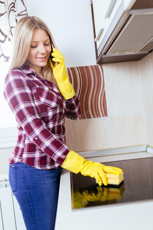 Frauenhausarbeiten lizenzfreie stockfotos