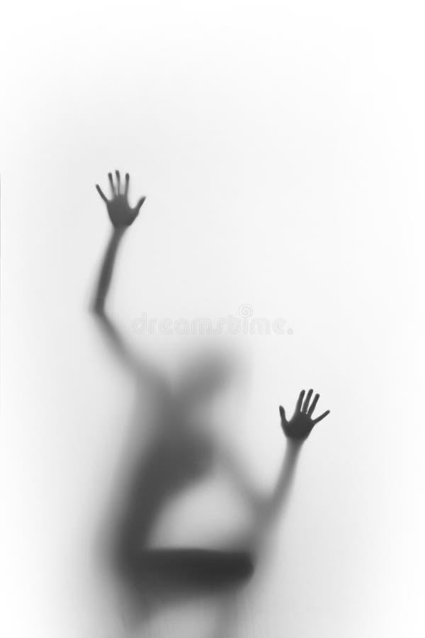 Frauenhausbesetzer und Aufstieg Menschlicher Körper, den Schattenbild gesehen werden kann, verwischte hinter einer verbreiteten O lizenzfreie stockbilder