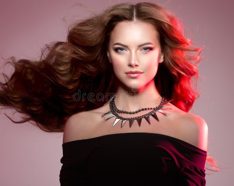 Frauenhaute couture-Modell mit luxuriösem langem gesundem gewelltem, volum stockfotografie