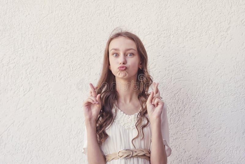 Frauenhoffnungen für gutes Glück mit den Fingern kreuzten lizenzfreies stockbild