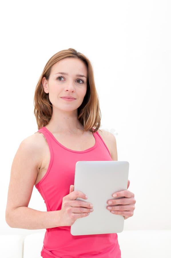 Download Frauenholding In Der Hand Eine Tablettenotenauflage Stockfoto - Bild von mädchen, fashion: 26370198