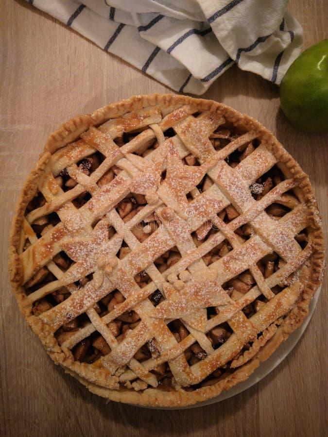 Frauenholding, die Apfelkuchen zeigt stockfotos