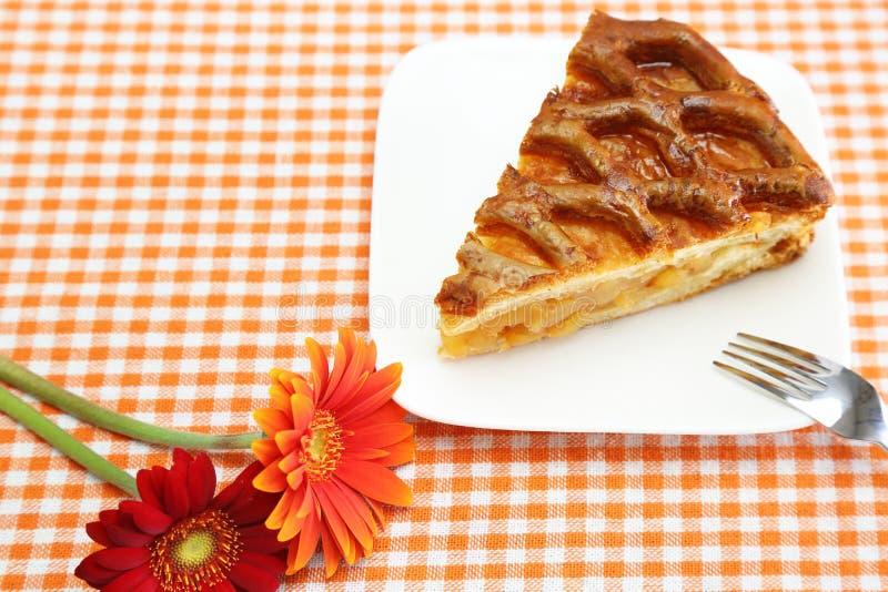 Frauenholding, die Apfelkuchen zeigt stockfoto