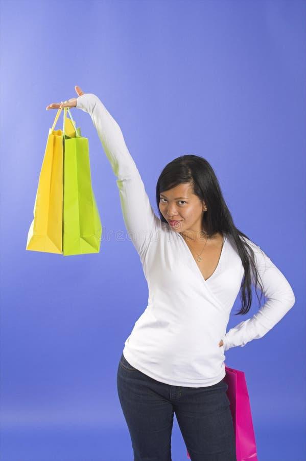 Frauenholding-Einkaufenbeutel lizenzfreie stockfotografie