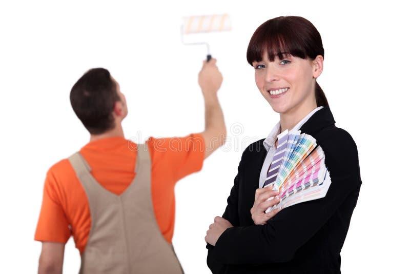 Frauenholding-Farbenproben lizenzfreie stockfotos