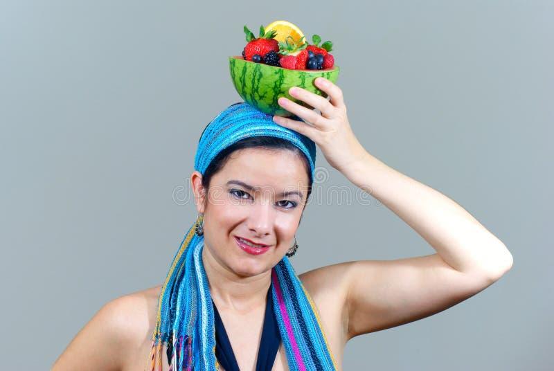 Frauenholding-Fruchtschüssel obenliegend lizenzfreie stockfotos